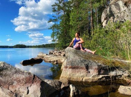 Pinja Kaisko istuu kalliolla kesäisen meren äärellä.